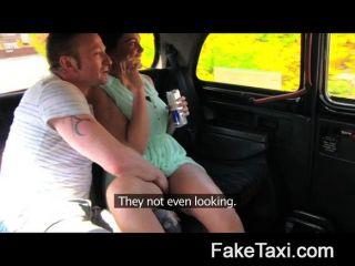 пара в заднем сиденье