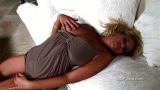 Jenny Макклейн показывает ее горячее тело роскошь