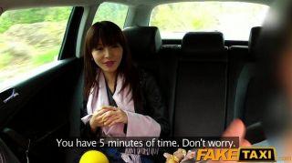Faketaxi горячая азиатская красотка ударилась в такси