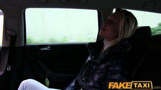 Faketaxi блондинка молодой сосет и трахается в такси