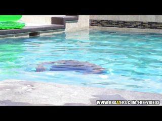 ВС загара латина трахается у бассейна