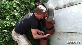 Французская черная девушка получает ее задницу стучал