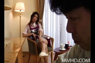 одинокая домохозяйка Nanako Йошиока соблазняет
