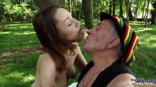 Бомж старик трахает маленький в лесу