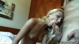 горячая блондинка хочет большой член в рот