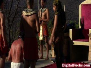 великолепный египетская царица пылесосить петух
