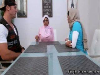 Мусульманский мать и дочь идет против своей религии