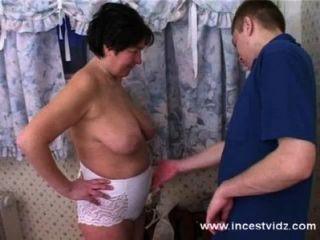 спать пожилые мама и сын на кровати
