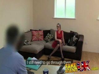 Fakeagentuk сперма в жопе для горячей европейской девушки, которая любит римминг
