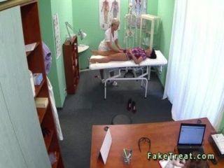 медсестра и врач трахает пациента в поддельной больнице