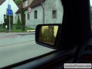 Незнакомец поднимает и трахает милый молодой в машине