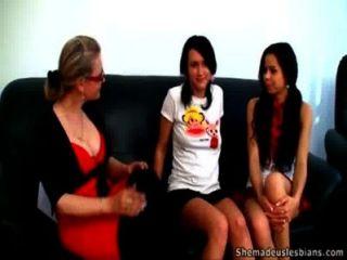 похотливая учительница лесбиянка делает ее подростковом Coeds трахают друг друга