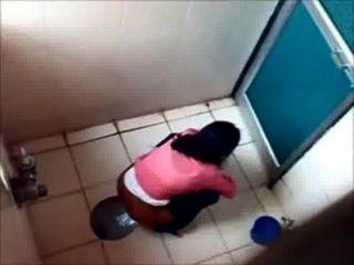 3 студентки Pissin в туалете известного колледжа