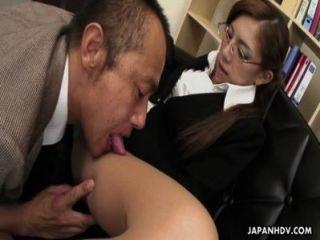 хрупкая японская шлюха жует толстый хуй