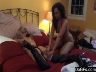 секс втроем с миниатюрной ИФОМ и горячая задница черный