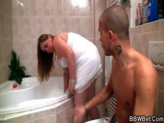 пухлый милашка встречает роговой парень в ванной комнате