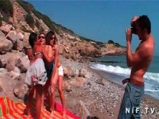 три чертовки есть секс лесбиянок лизание дрочит играющая на пляже