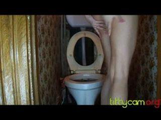 сексуальная девушка ебать себя в туалете