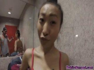 азиатская красотка Шэрон подветренной с огромными сиськами трахают в общественном гараже