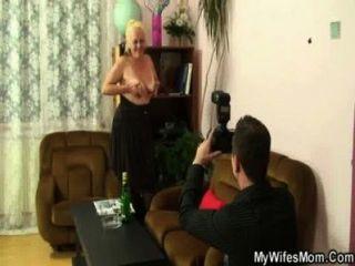 жена находит его противных фотографии с матерью в законе