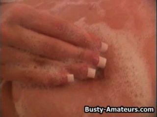 грудастая блондинка осень, играя ее киска в ванной