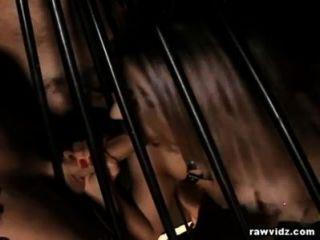 Sub блондинку Caged и трахал