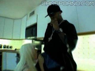 Черный парень трахает блондинку мама