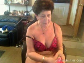Бабушка Dildoing ее киску и задницу на камеру