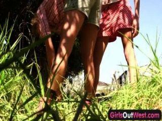 девушки на запад - тощие блондинки лесбиянки в заднем дворе