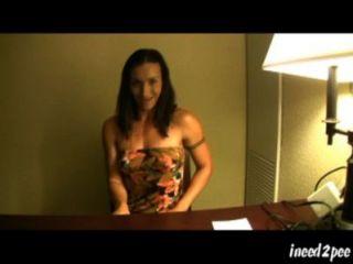 леди смачивает ее трусики под столом во время интервью