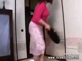 Японская мама в ванной комнате трахает сына петух - Incesttubez.com