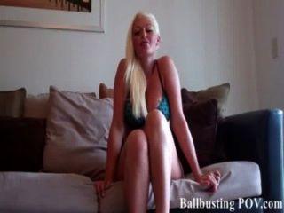 Courtney чмокает и сжимая ваши волосатые яйца