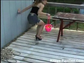 котенок мигает ее трусики охоты на пасхальные яйца