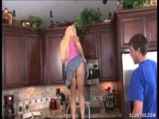 блондинка мамаша подергивания на кухне
