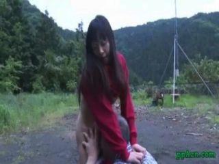 Азиатская девушка получает ее киска лизали и трахал старика спермой на задницу на открытом воздухе на