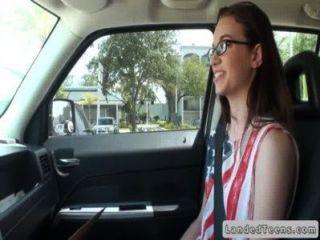 мель молодой сосать и трахается в машине