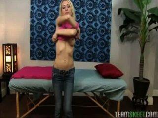 Миниатюрная блондинка молодой массируется и трахнул с большим членом