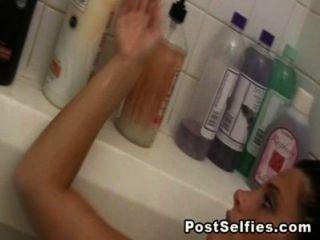 голая сексуальная брюнетка в ванне