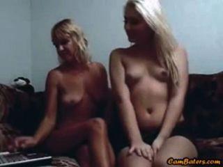 блондинка мать и не ее дочь играть на веб-камеру