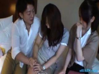 2 офисных дам получать их сиськи потер сосать парень петух на кровать в горячем