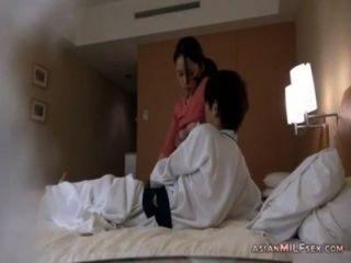 грудастая мамаша получает ее киска лизали сосать и дрочить молодой парень петух на го