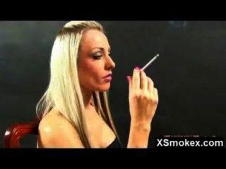 горячий сумасшедший удивительно курить мамаша протаранил