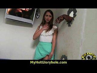 Hottie сосет и трахает черный петух для Cusmhot в Gloryhole 20
