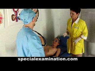 тощий подростковый малыш посещает гинеколога