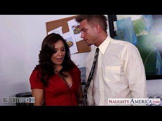 брюнетка молодой Francesca Lee получает гвоздь в офисе