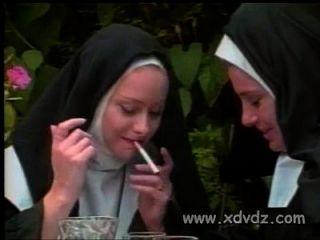 монахиня просит своих сестер отшлепать ее обнаженную задницу, наказывающую ее за горячие мечты