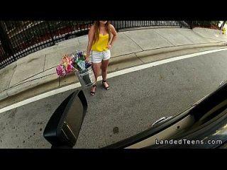 грудастая подросток дает минет в машине и трахается на открытом воздухе