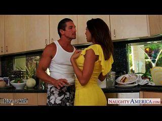 брюнетка жена Rachel Starr принимая петух в кухне