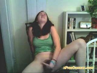 сексуальная русская девушка играет с ее киской на веб-камеру