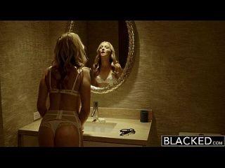 черная ослепительная блондинка Karla Kush принимает массивный черный петух